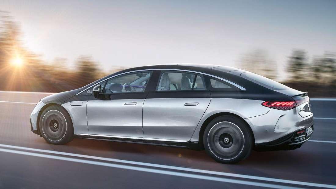 Ein fahrender Mercedes-Benz EQS in der Seitenansicht
