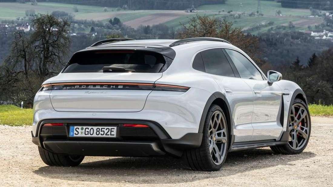 Der Porsche Taycan Cross Turismo von rechts hinten