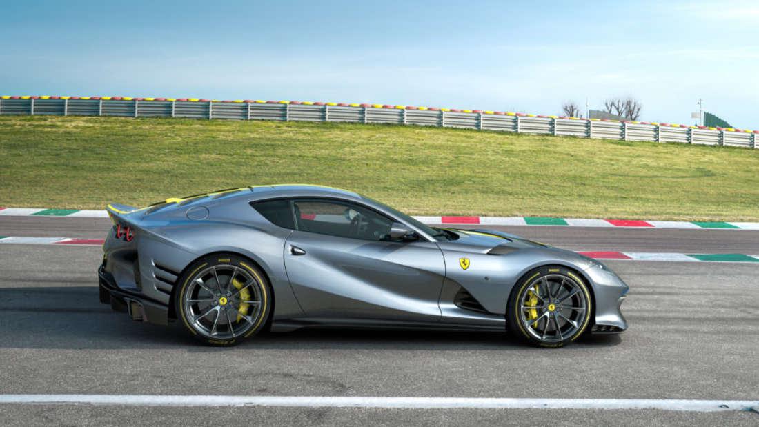 Ferrari-Modell auf Rennstrecke, Seitenansicht