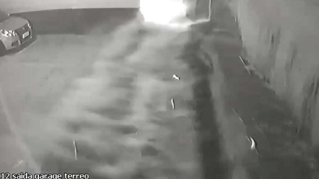 Videoaufnahmen einer Überwachungskamera, wie sich das Wasser aus einem Schwimmbecken in eine Tiefgarage ergießt.