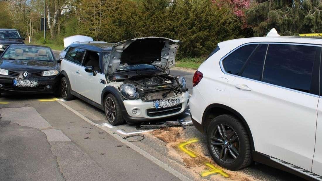 Domino-Effekt: Ein Mercedes kracht in eine wartende Autoschlange.