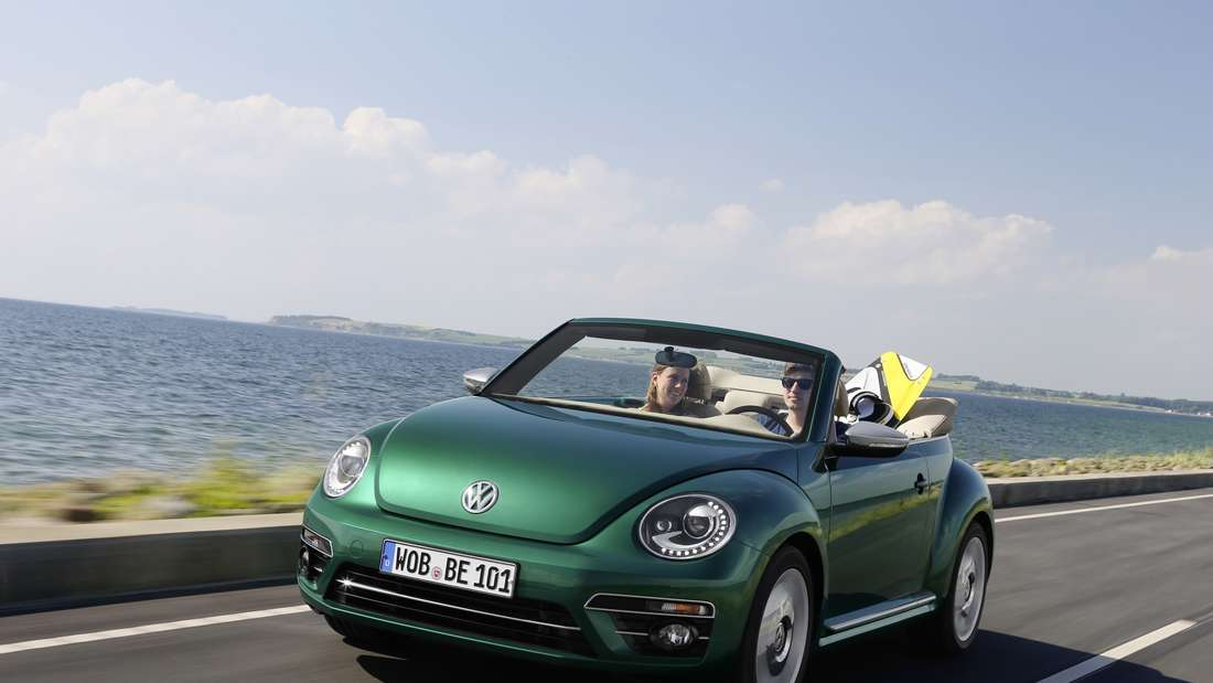Pkw VW Beetle Cabrio, offen fahrend