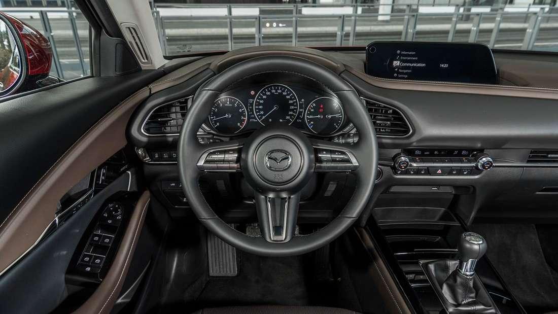 Blick ins Cockpit eines Mazda CX-30