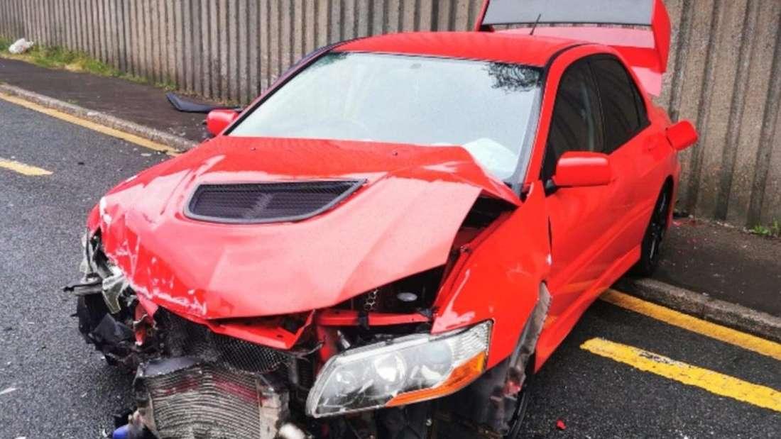 Ein zerstörter Mitsubishi Lancer Evolution IX