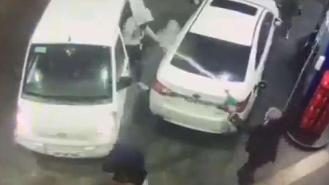 Ein Mann bespritzt Angreifer an einer Tankstelle mit Treibstoff