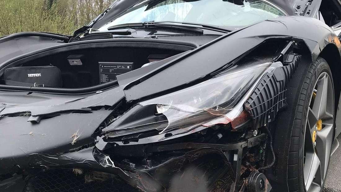 Ein schwarzer Ferrari ist nach einem Wildunfall völlig zerstört.