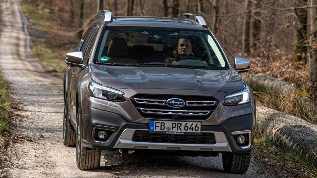 Subaru Outback im Wald, von vorn