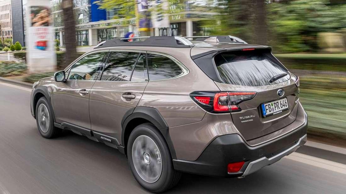 Subaru Outback fahrend von schräg hinten