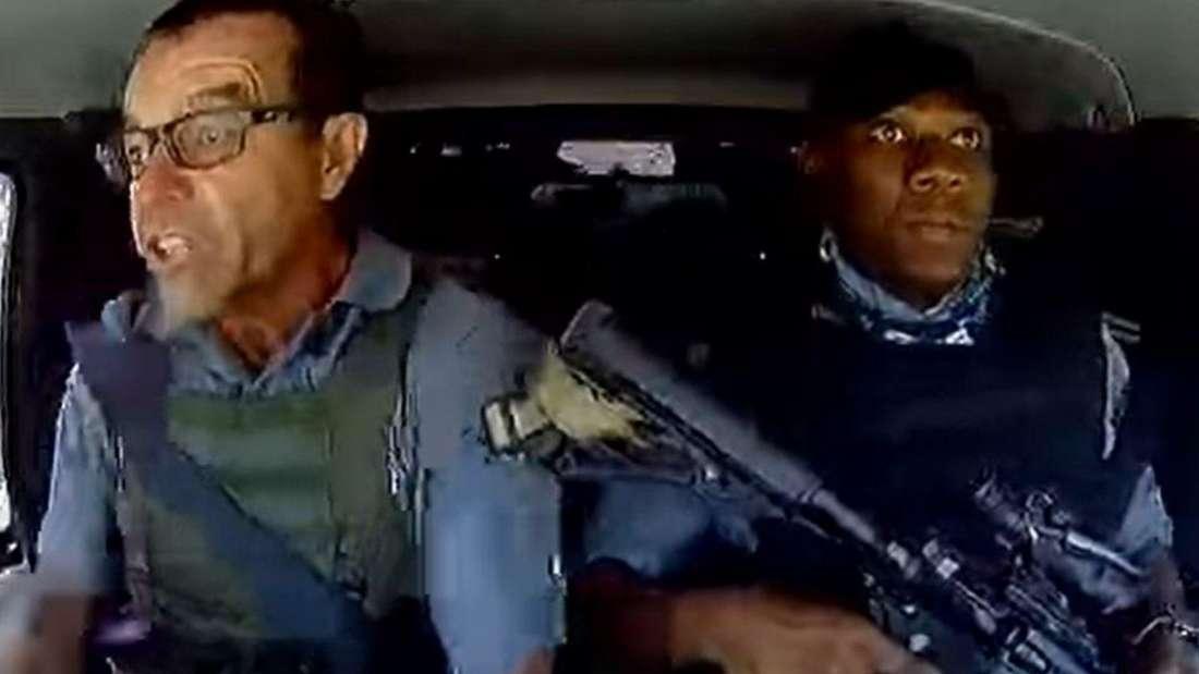 Fahrer Leo Prinsloo neben seinem bewaffneten Beifahrer