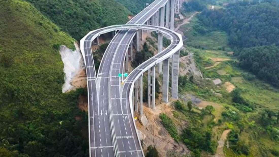 """Die Autobahn im chinesischen Guizhou mit """"eingebauter"""" Kehrtwende aus der Luft."""