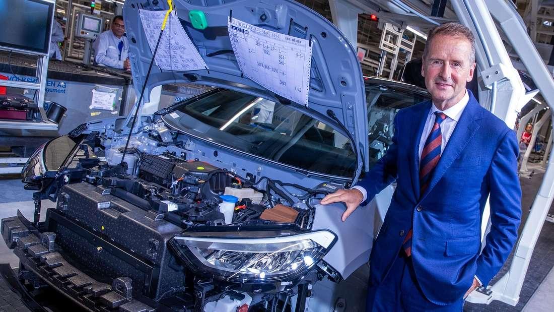 Herbert Diess, VW-Konzernchef, steht am Montageband für die Produktion des Elektroautos VW ID.3.