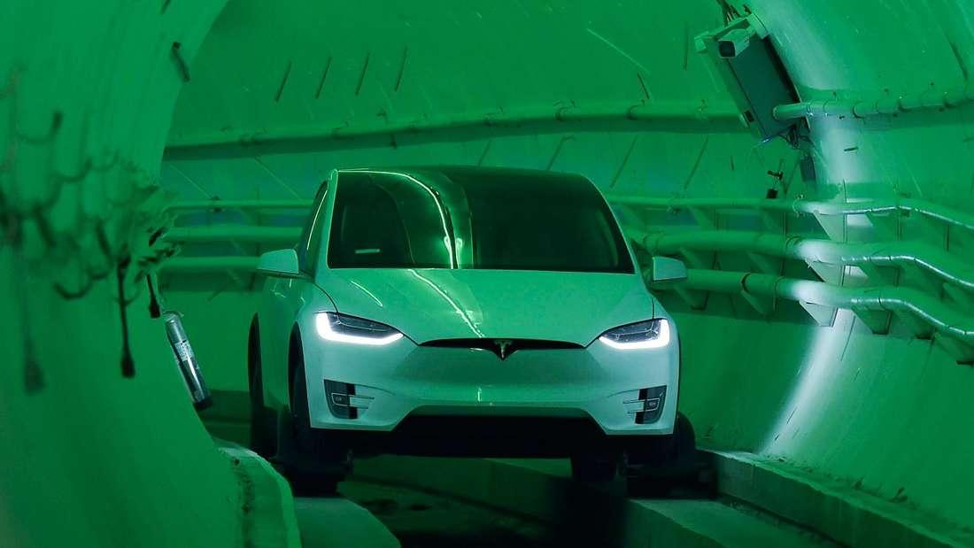 Ein Tesla fährt durch einen Tunnel der Boring Company