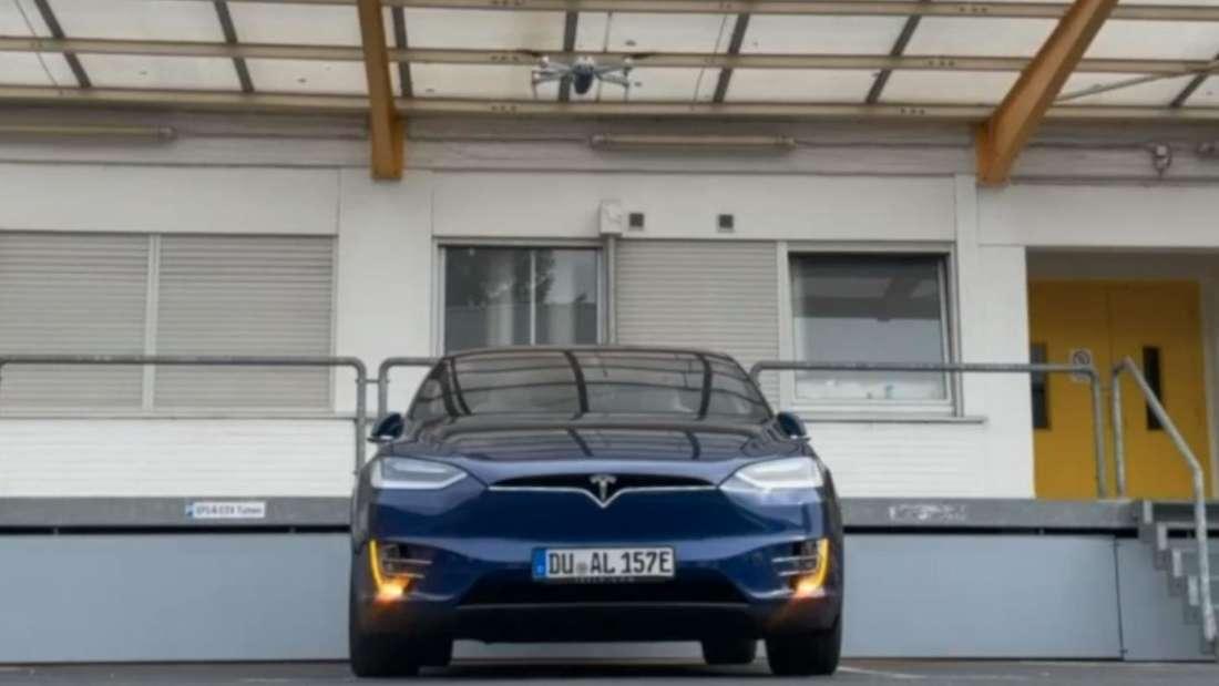 Eine Drohne schwebt über einem Tesla Model X