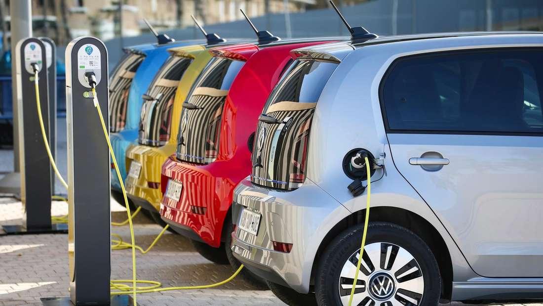 Elektro-Pkws des Typs VW E-Up (angeschnitten) beim Laden. (Symbolbild)