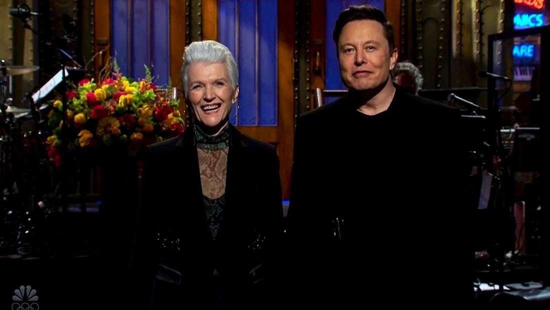 """Elon Musk und Mutter zu Gast in der NBC-Show """"Saturday Night Live""""."""
