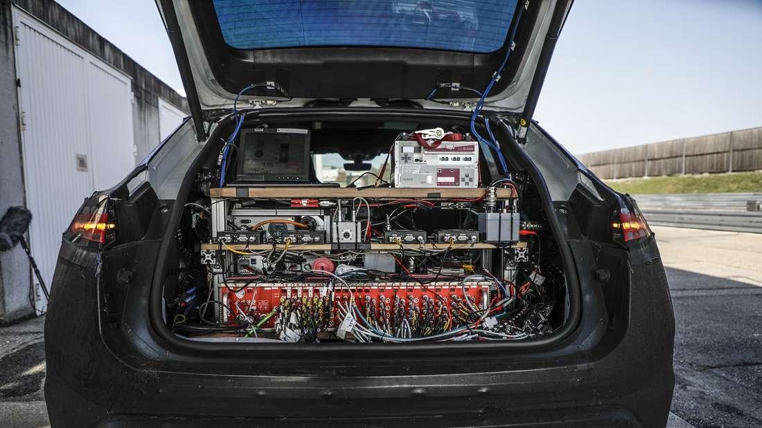 Kofferraum eines Prototypen Porsche Macan, gefüllt mit Mess-Elektronik