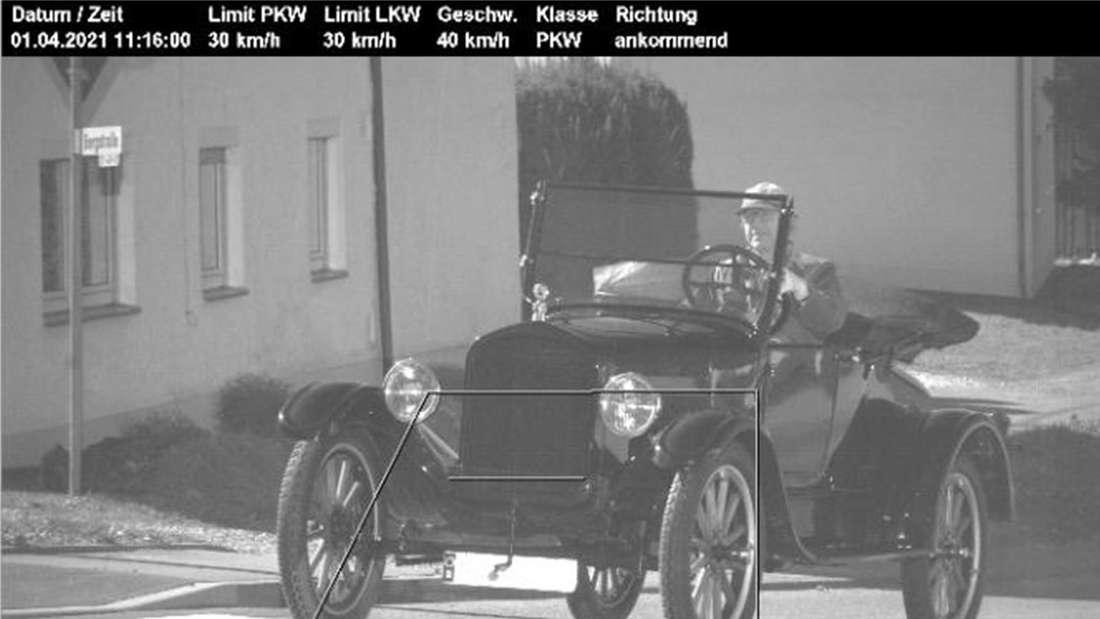 Ein Ford Modell T auf einem Blitzer-Foto (Montage)