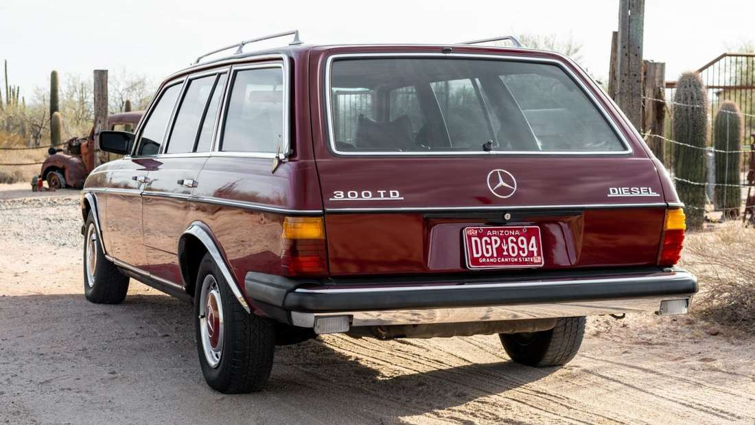 Ein roter Mercedes-Benz 300 TD