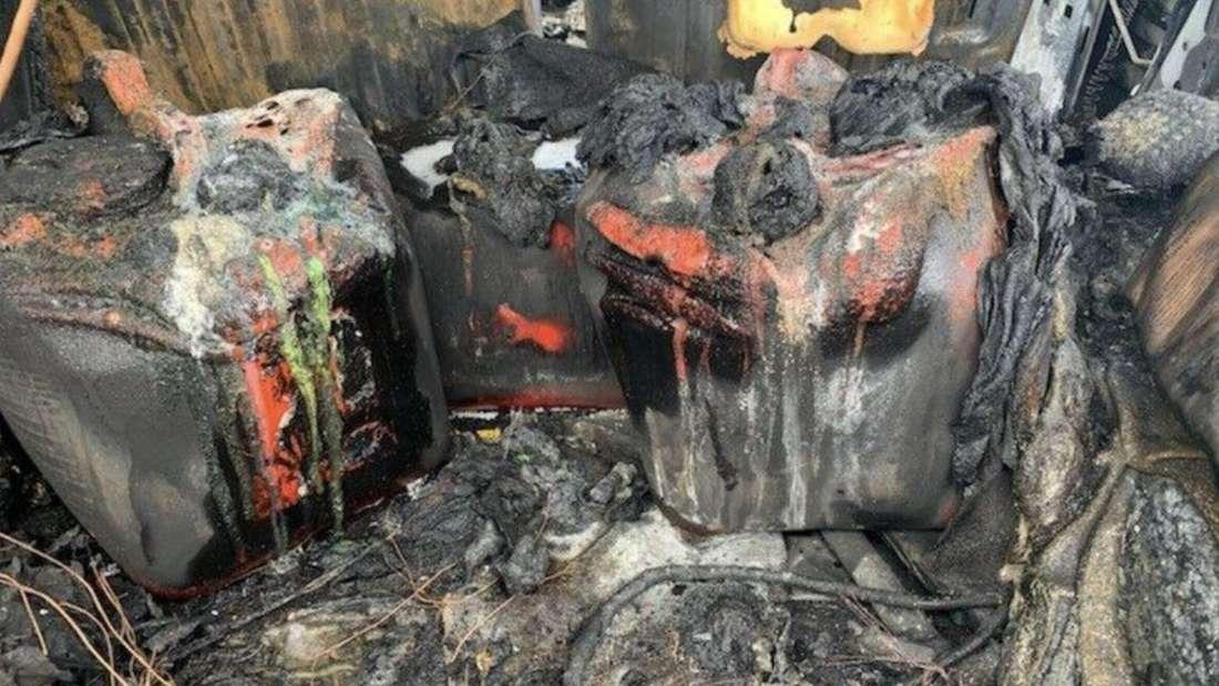 Der ausgebrannte Innenraum eines Hummer Geländewagens und mehrere verkohlte Benzinkanister.