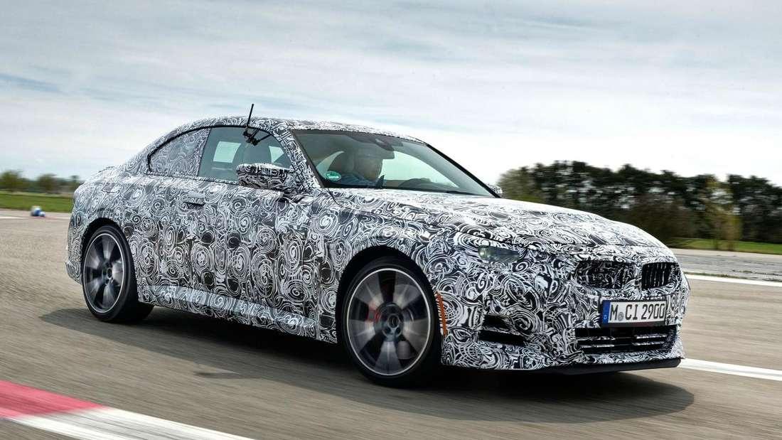Getarnter BMW M240i, fahrend