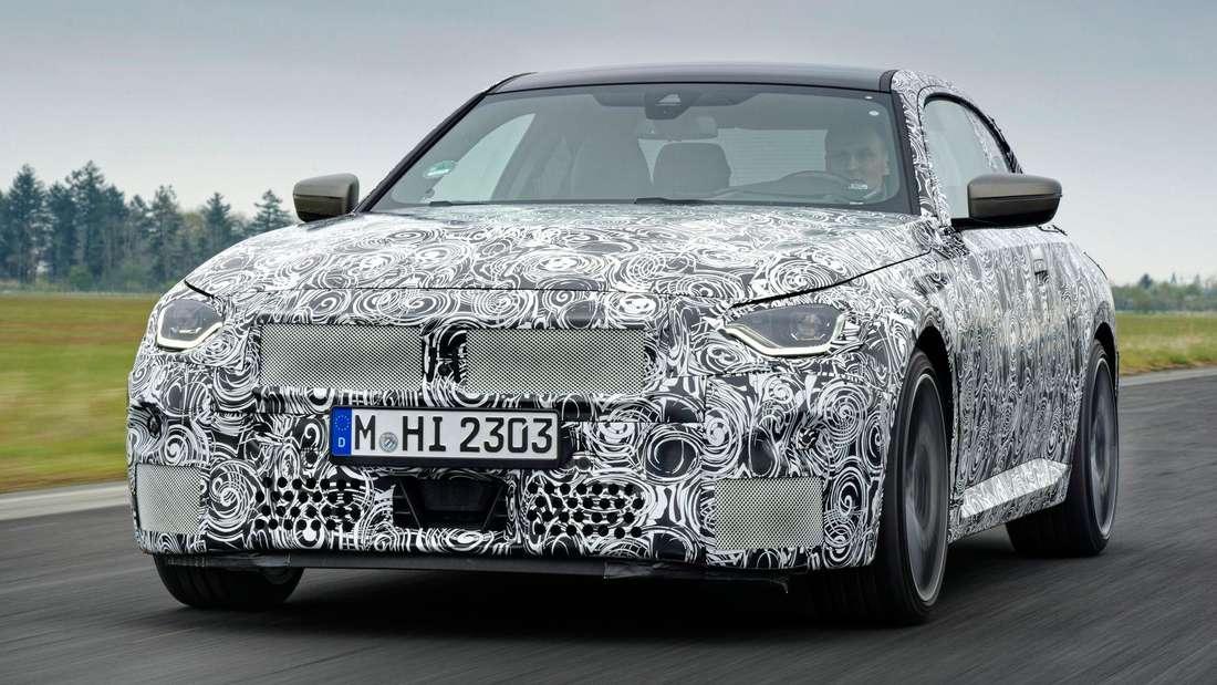 Getarnter BMW M240i von vorn, fahrend