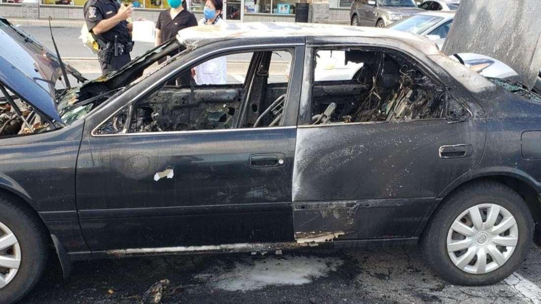 Ein schwarzer Wagen ist nach einem Brand komplett ausgebrannt.