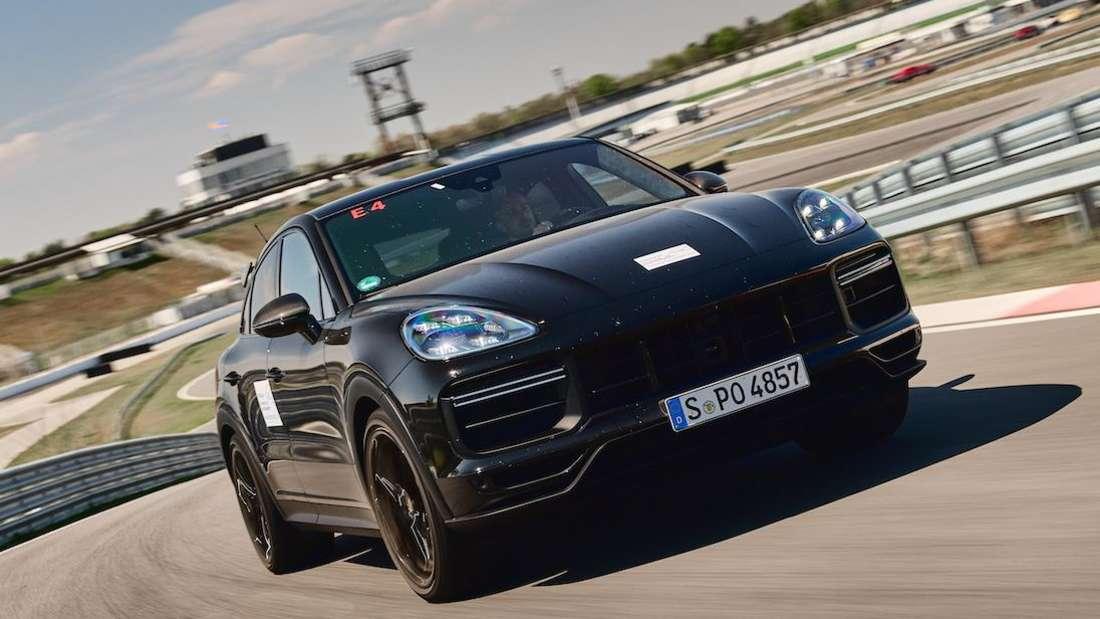 Prototyp des neuen Porsche Cayenne Sportmodells rast über die Rennstrecke.