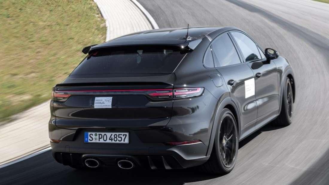 Ein Prototyp des neuen Porsche Cayenne Sportmodells von rechts hinten