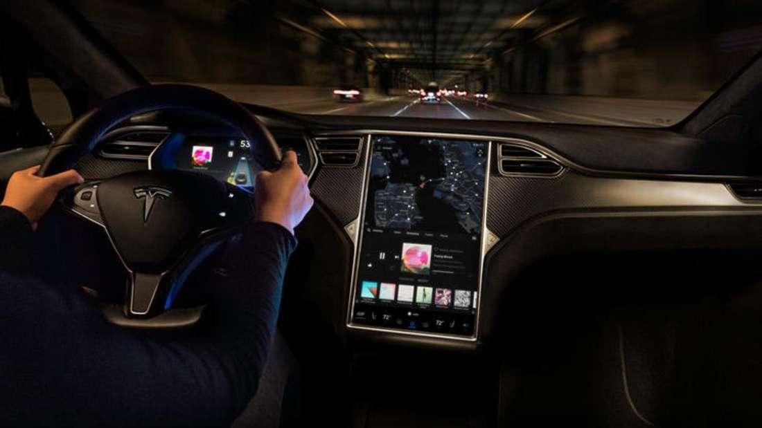 Innenansicht aus einem Tesla, der durch einen Tunnel fährt.