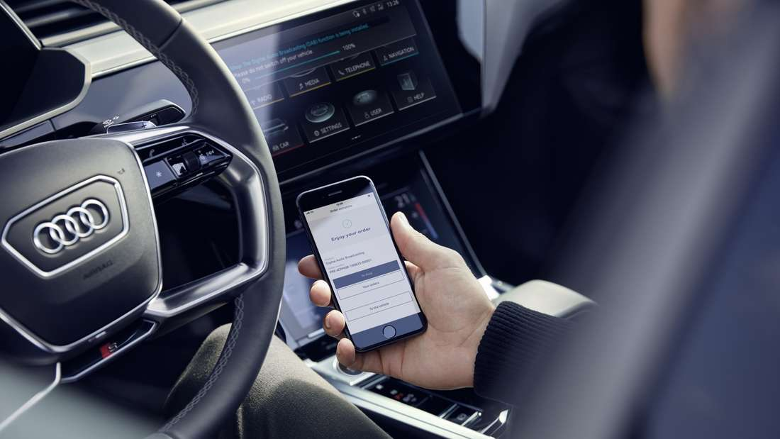"""Mann im Audi hat mit seinem Smartphone eine """"Function on Demand"""" gekauft. (Symbolbild)"""