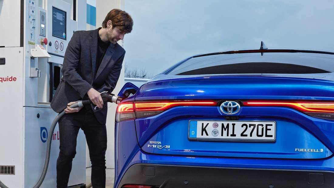 Ein blauer Toyota Mirai wird betankt.