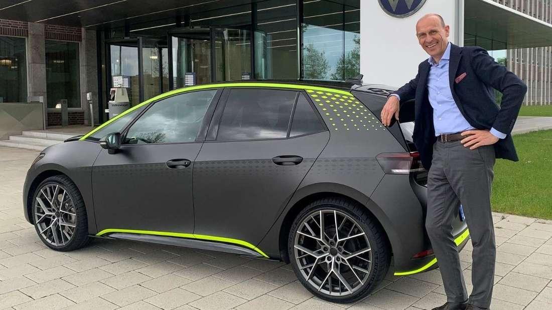 Volkswagens Markenchef Ralf Brandstätter enthüllt den VW ID.X.