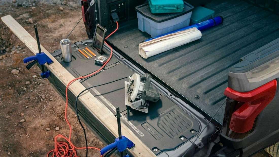 Die Ladefläche des Ford F-150 Lightning mit Steckdosen