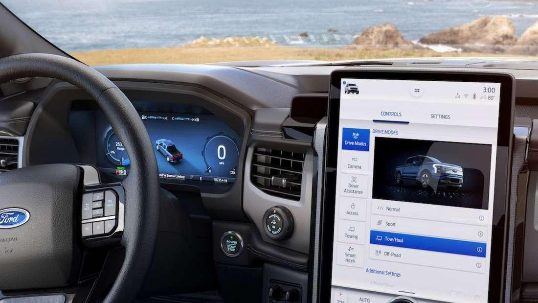 Instrumentendisplay und Multifunktionsbildschirm im Ford F-150 Lightning