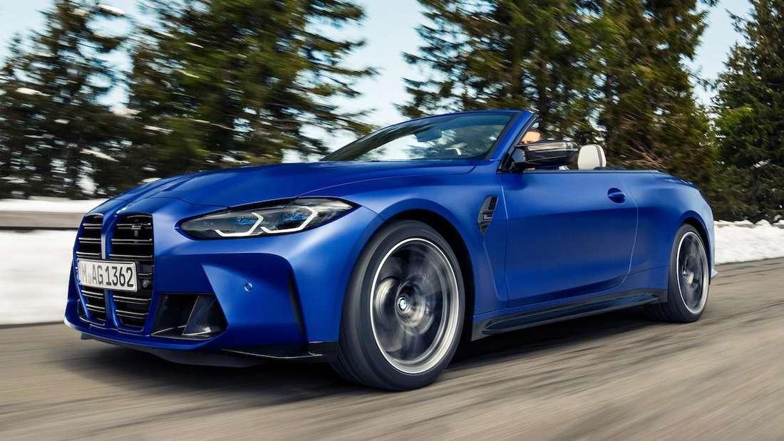 Ein blaues BMW M4 Competition Cabrio von rechts vorne