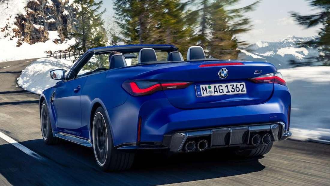 Ein blaues BMW M4 Competition Cabrio von links hinten