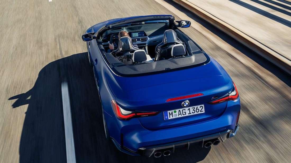 Ein blaues BMW M4 Competition Cabrio von hinten