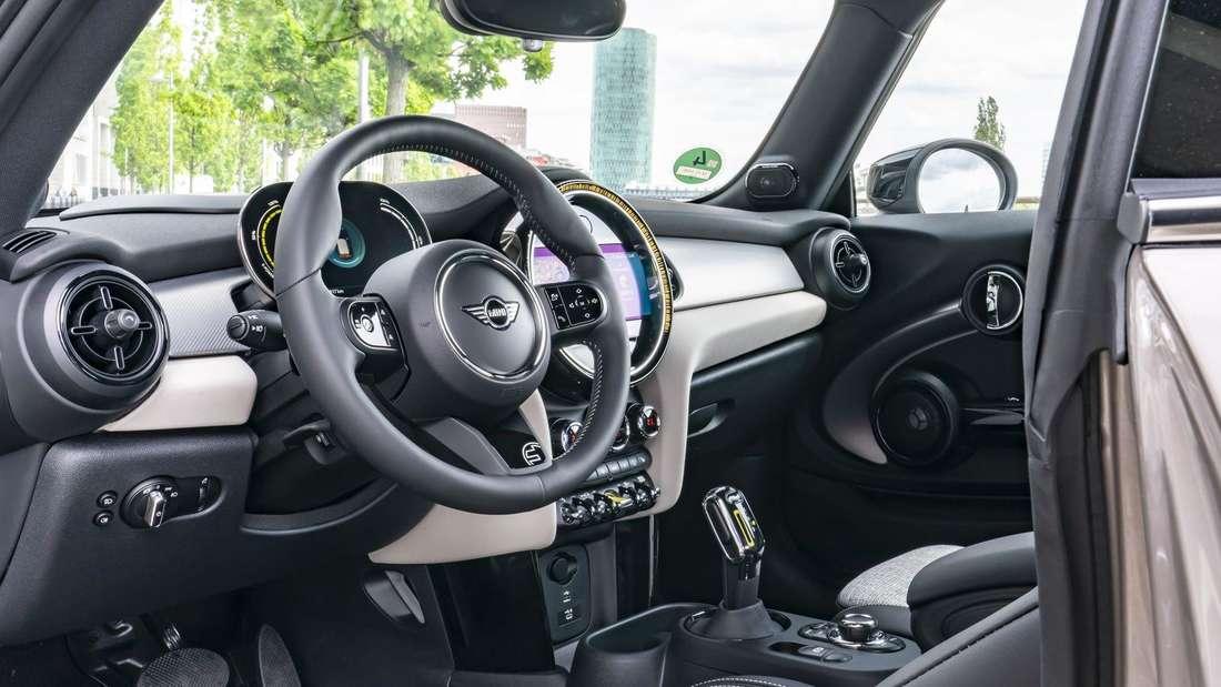 Der Innenraum des Mini Cooper SE Facelift 2021 von der Fahrerseite aus