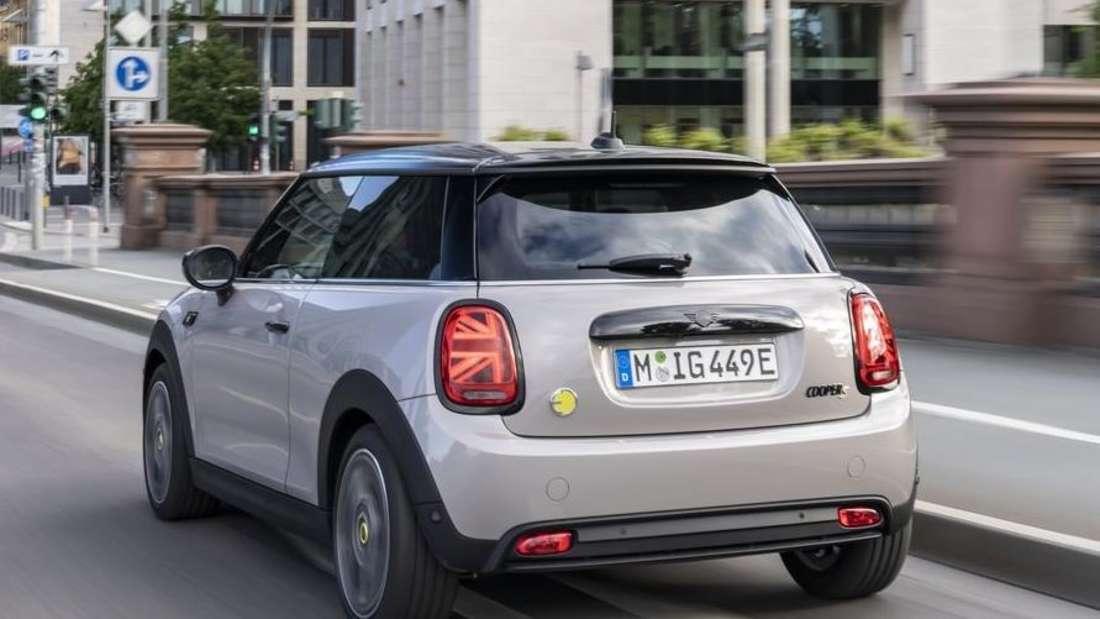 Das Mini Cooper SE Facelift 2021 von links hinten