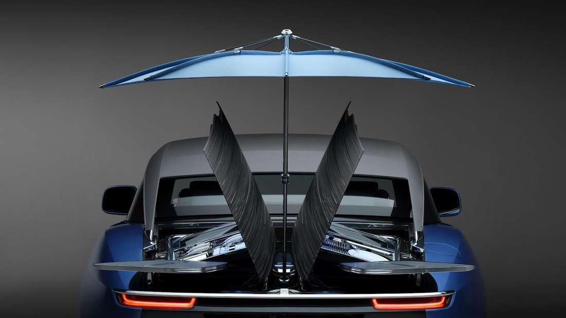 Die geöffneten Heckklappen und der Sonnenschirm des Rolls-Royce Boat Tail