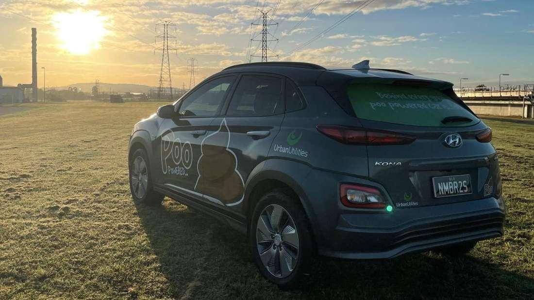 """Ein Hyundai Kona Electric als """"S-Poo-V"""" mit entsprechendem Emoji auf der Seitenflanke."""