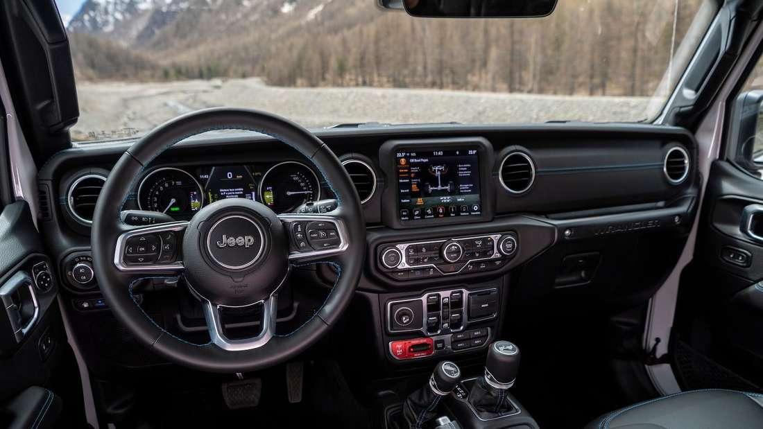 Das Cockpit im Plug-in-Hybrid Jeep Wrangler Unlimited 4xe PHEV