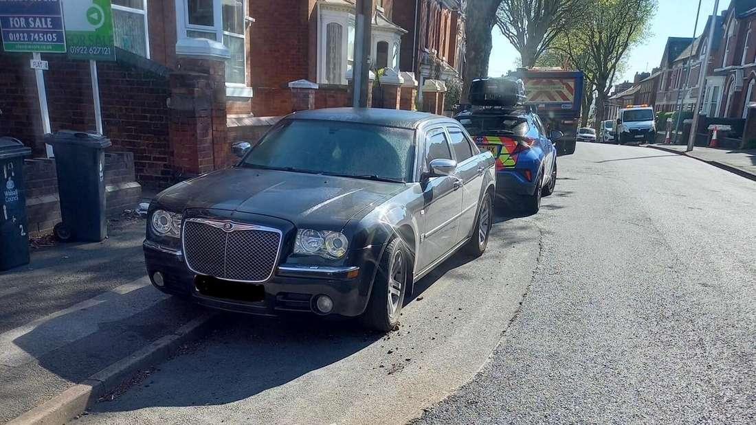Ein Chrysler 300, um den herum asphaltiert wurde.