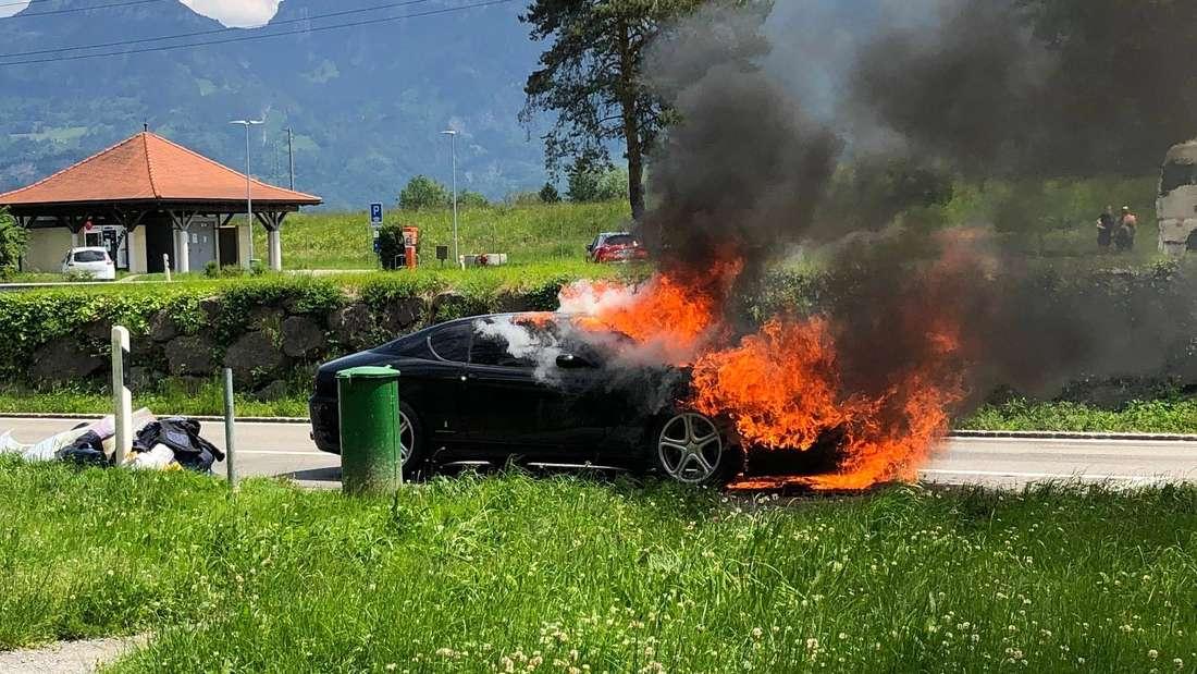Ein Ferrari 456 steht in Flammen.
