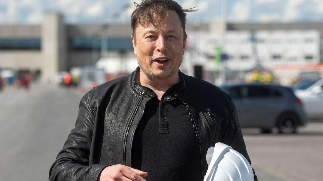 Tesla-Chef Elon Musk auf der Baustelle der Tesla Gigafactory in Grünheide mit Schutzhelm im Arm. (Symbolbild)