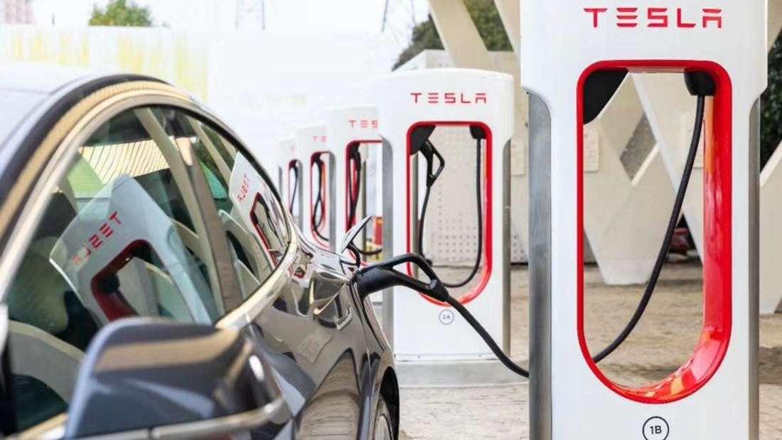 Ein Elektroauto von Tesla lädt an einer Supercharger-Ladesäule. (Symbolbild)