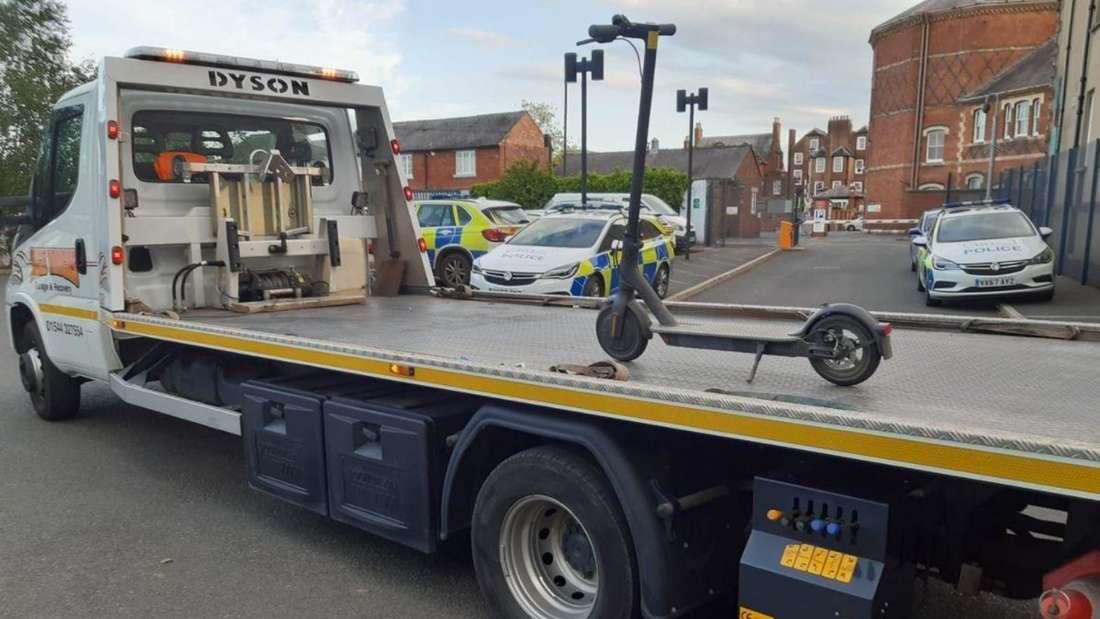 Ein E-Scooter wird auf der Ladefläche eines Transporters abgeschleppt.