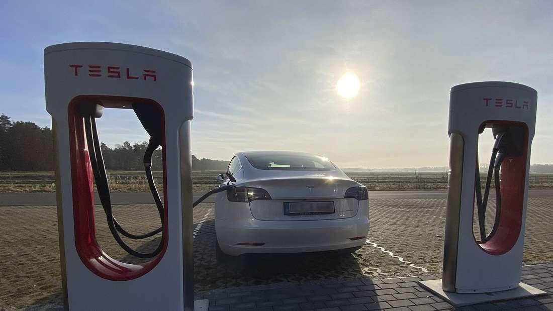 Ein Tesla Model 3 ist mittels Stecker an Ladestation angeschlossen. (Symbolbild)
