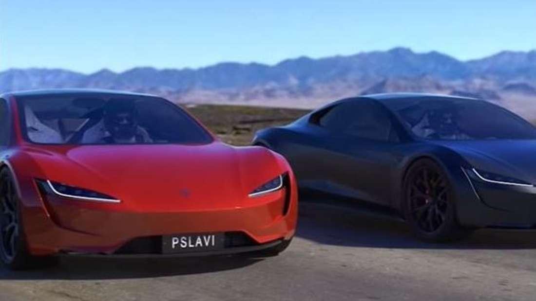 Ein roter Tesla Roadster steht links neben einem schwarzen Tesla Roadster.
