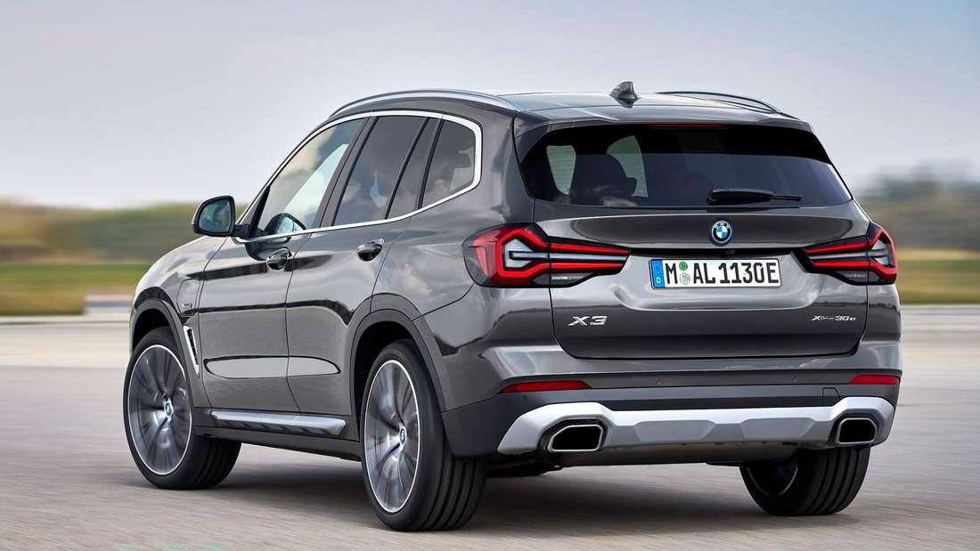 Der BMW X3 Facelift 2021 von links hinten